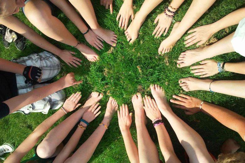Gruppe hält die Hände in die Mitte