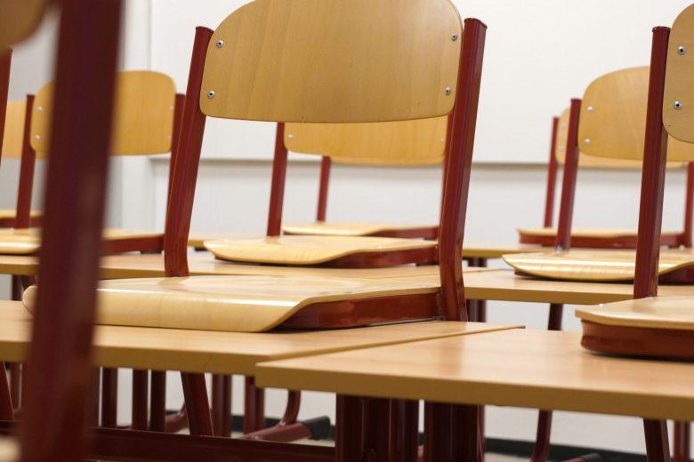 Stühle in einer Schule