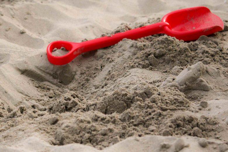 Sandkasten mit Schaufel