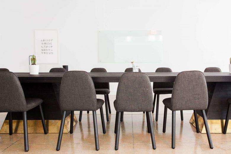 Konferenzraum mit bequemen Stühlen