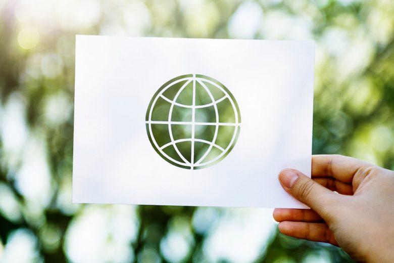 Eine Hand hält Symbol für Internet vor die Natur