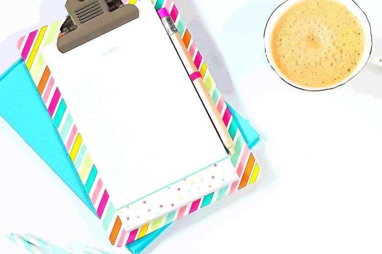 Notizbuch und Kaffee
