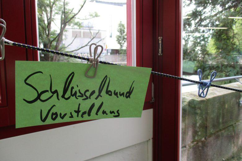 """Wäscheleine, an der ein Schild hängt """"Schlüsselbundvorstellung"""""""