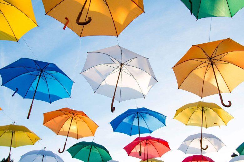 Fliegende bunte Regenschirme