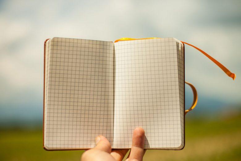 Notizbuch vor Naturhintergrund