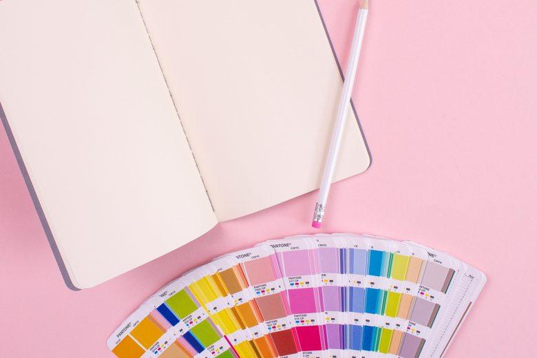 Notizbuch und Farbkarten